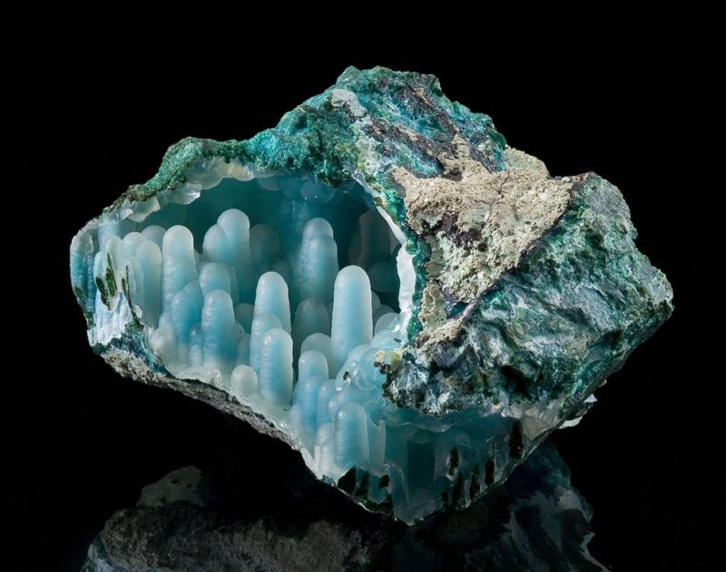Уникальный минерал - халцедон со сталактитами хризоколла