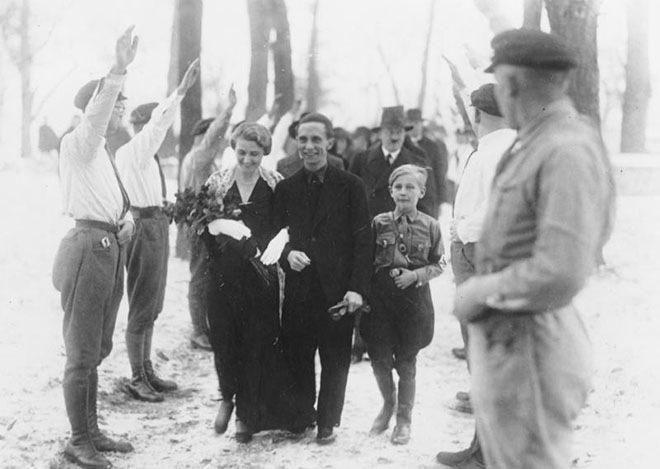 Гитлер в качестве шафера на свадьбе Джозефа Геббельса