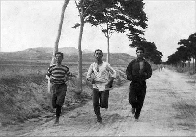 Марафонцы соревнуются на первых современных Олимпийских играх в Афинах, 1896 год