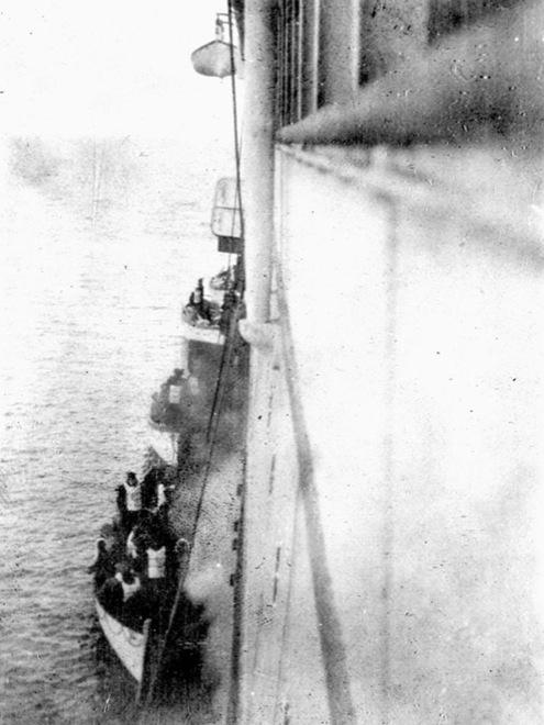 Выжившие с «Титаника» пересаживаются на спасательное судно «Карпатия» в 1912 году