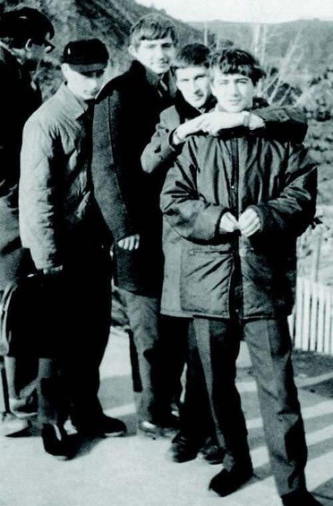 Молодой Владимир Путин (второй слева, в головном уборе)