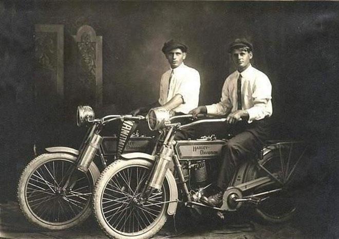 Уильям Харли и Артур Дэвидсон, основатели Harley Davidson, на своих мотоциклах в 1914 году