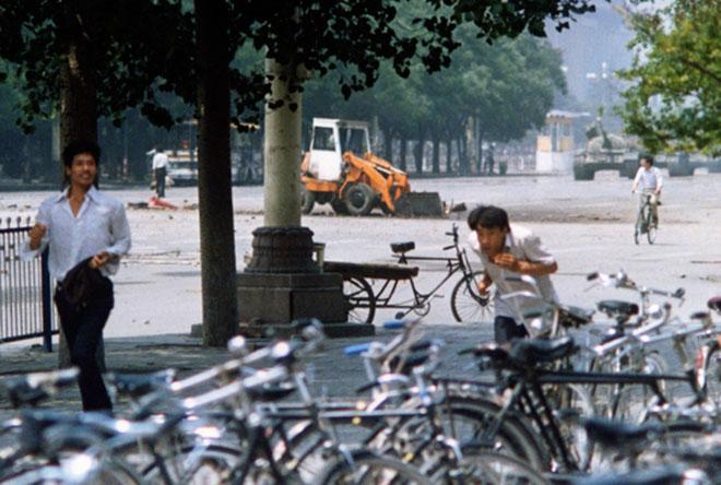 Редкий кадр танкиста на площади Тяньаньмэнь