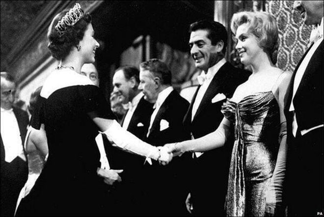 Королева Елизавета II и Мэрилин Монро в 1956 году