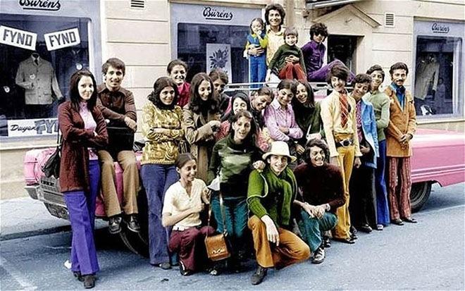 Усама бен Ладен, будучи подростком (второй справа в зелёной рубашке и синих брюках), на отдыхе в Швеции со своей семьей, примерно 1970 год