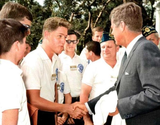 Рукопожатие будущего президента Билла Клинтона и действующего главы государства Джона Кеннеди