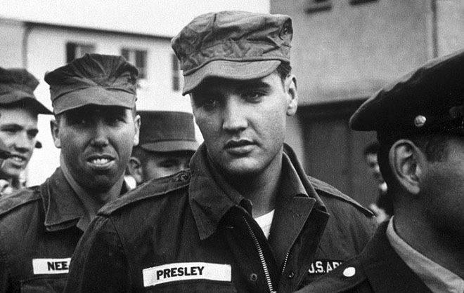 Элвис Пресли на службе в армии США в 1958 году