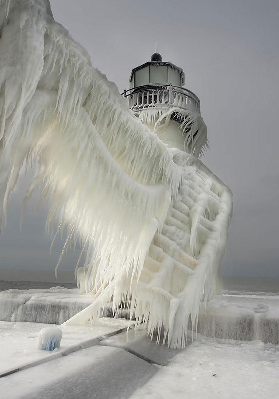 Замороженный маяк на озере Мичиган-7