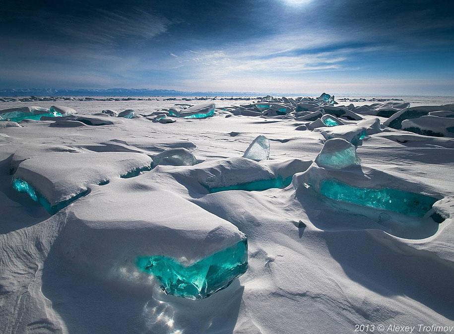 Изумрудный байкальский лёд