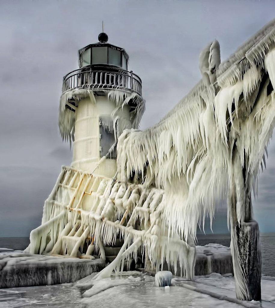 Замороженный маяк на озере Мичиган-6