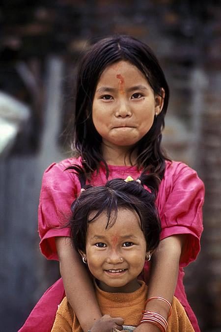 Улыбающиеся сёстры в Катманду