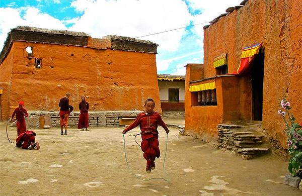 Юный монах прыгает со скакалкой, Непал