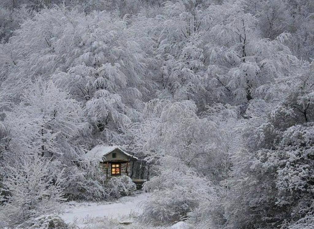 Хижина в снегу