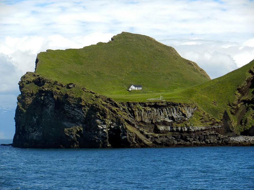 Одинокий дом на острове Эллидаэй, Исландия