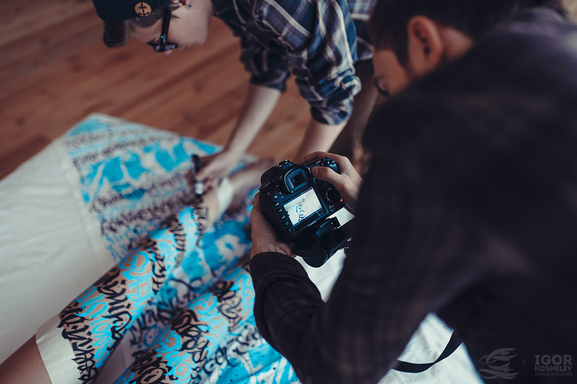 Каллиграфия Покраса Лампаса на теле обнажённых девушек