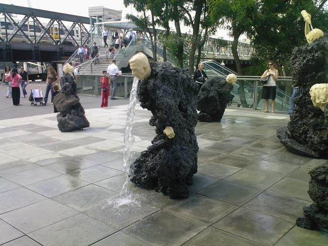 Статуя-фонтан «Человек-скала» или «Рвота» в Лондоне.