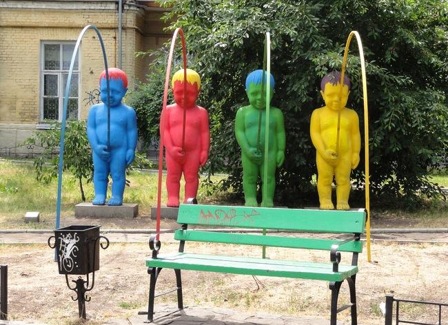 «Писающие мальчики» или «Радуга» в Киеве. Почему все статуи мочатся?