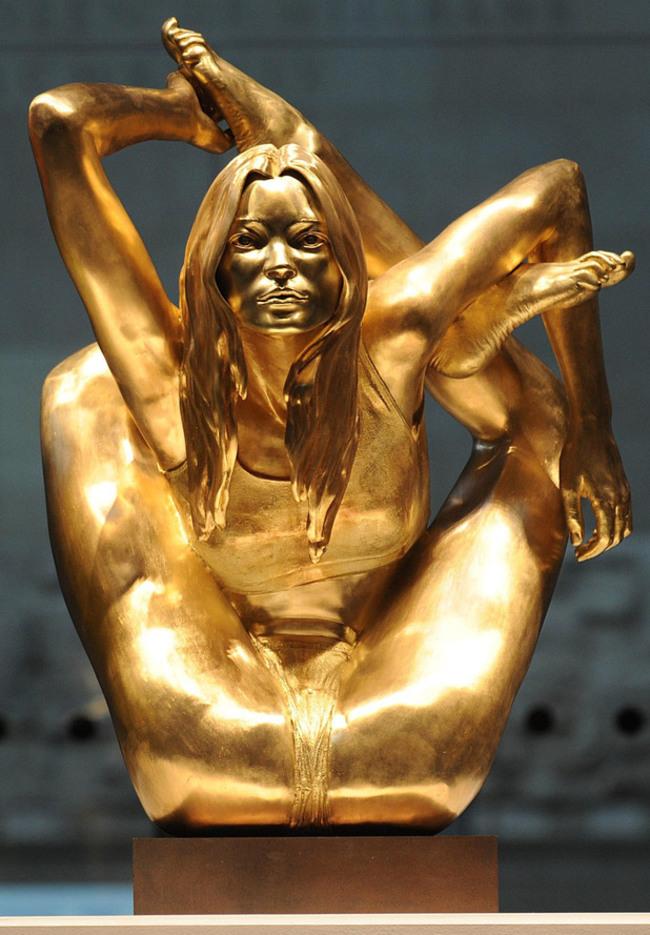 Статуя из чистого золота «Кейт Мосс занимается йогой».