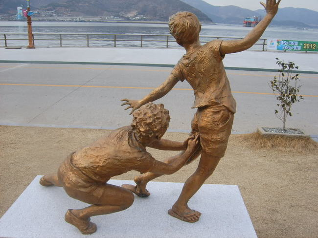 «Канчо!» (такая забава среди японских детей-подростков). Памятник стоит в Южной Корее.