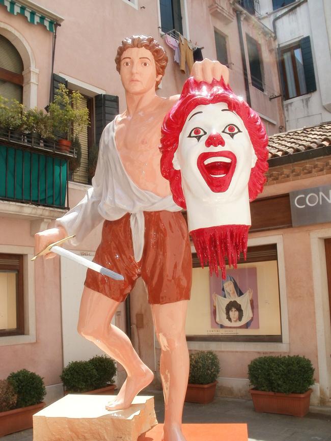 «Персей с головой Рональда Макдональда» в Венеции, Италия.