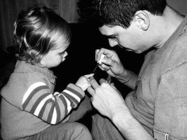 Мужчина помогает раздиваца девушке фото