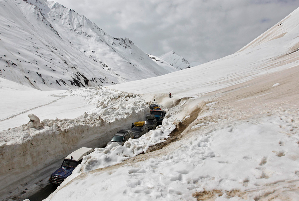 traffic-in-mountain-pass-in-kashmir
