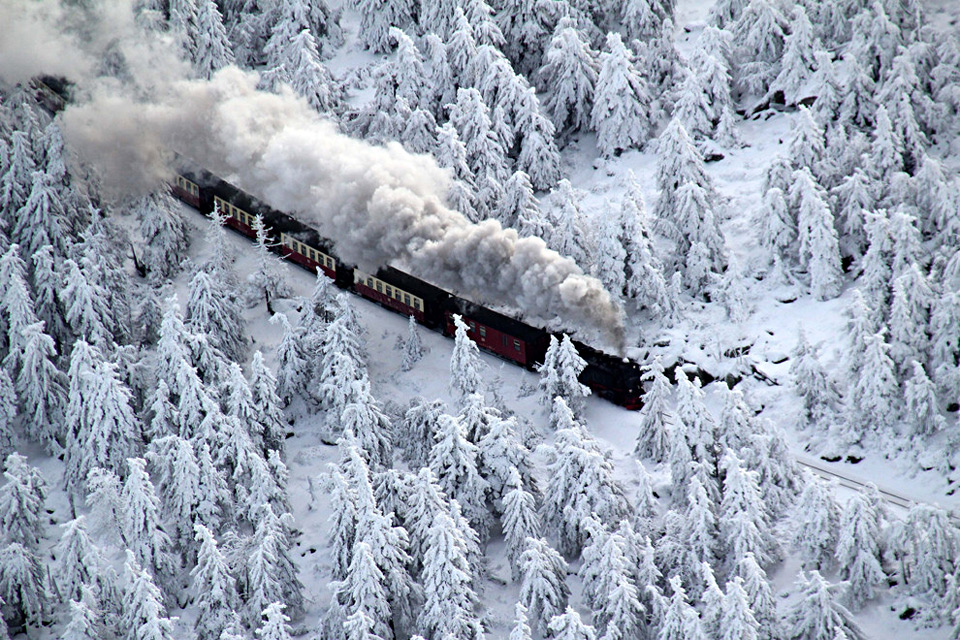 train-goes-to-the-snow-germany