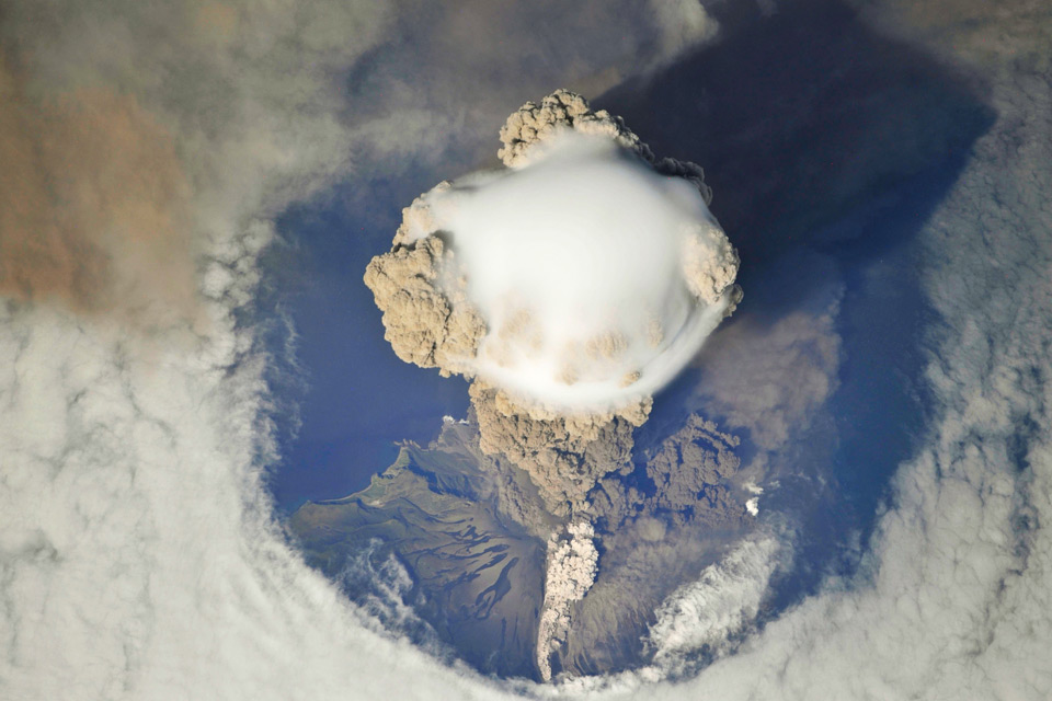 spectacular-view-of-russias-sarychev-peak-volcano-erupting