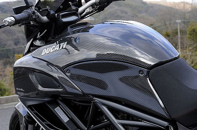 ducati-diavel-fully-covered-in-magical-racing-carbon-photo-gallery-medium 5