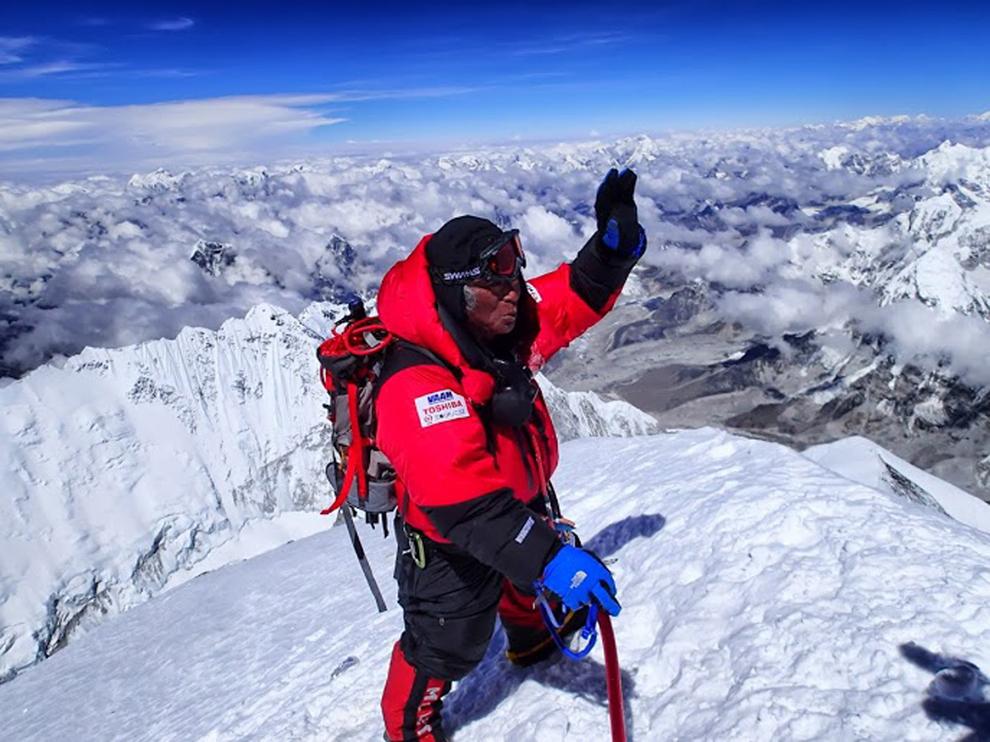 на вершине горы Эверест.