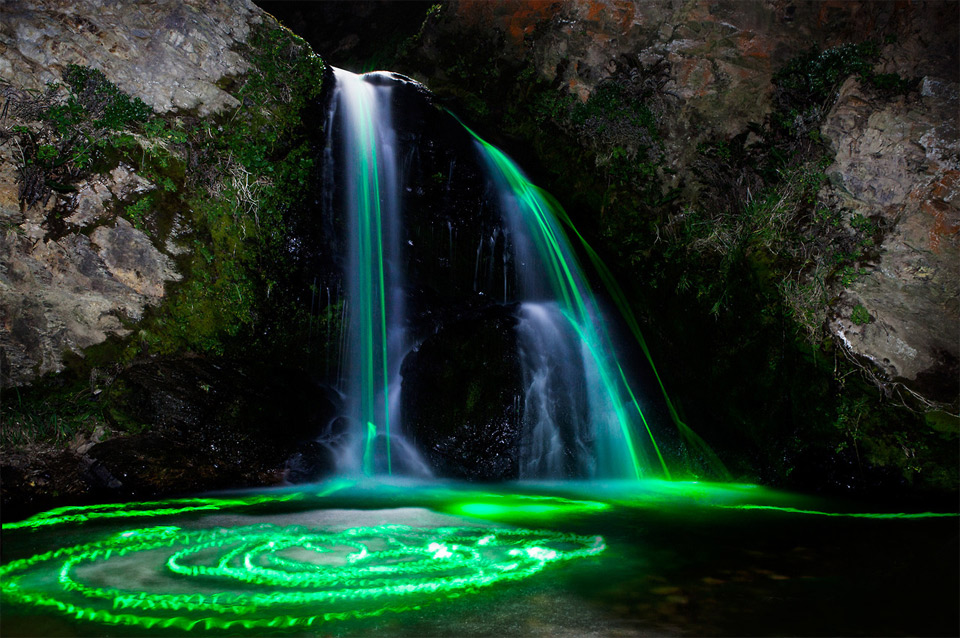 6long-exposures-taken-with-glow-sticks-in-waterfalls