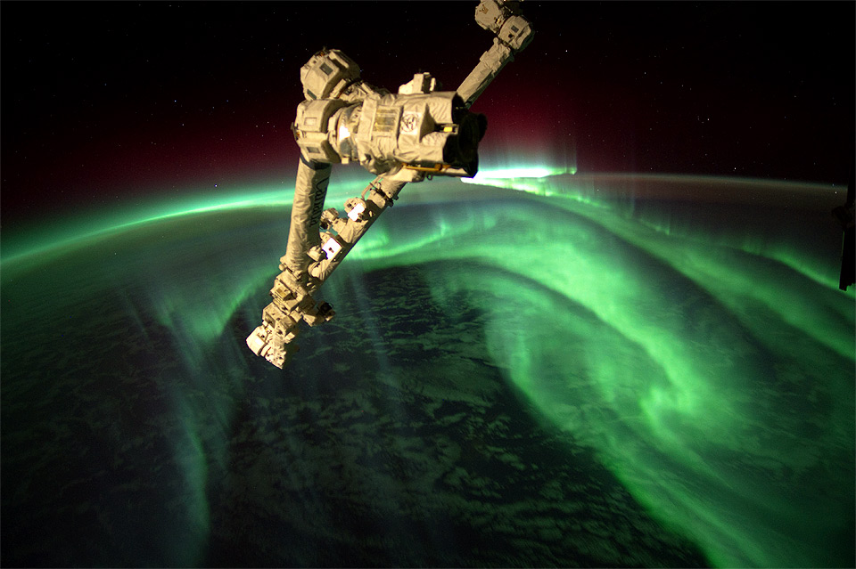 6space-station-above-aurora-borealis
