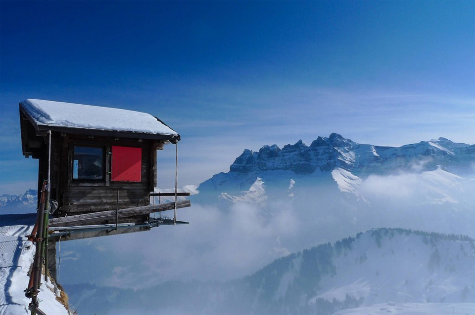 7hut-hanging-over-the-edge-alpes-switzerland