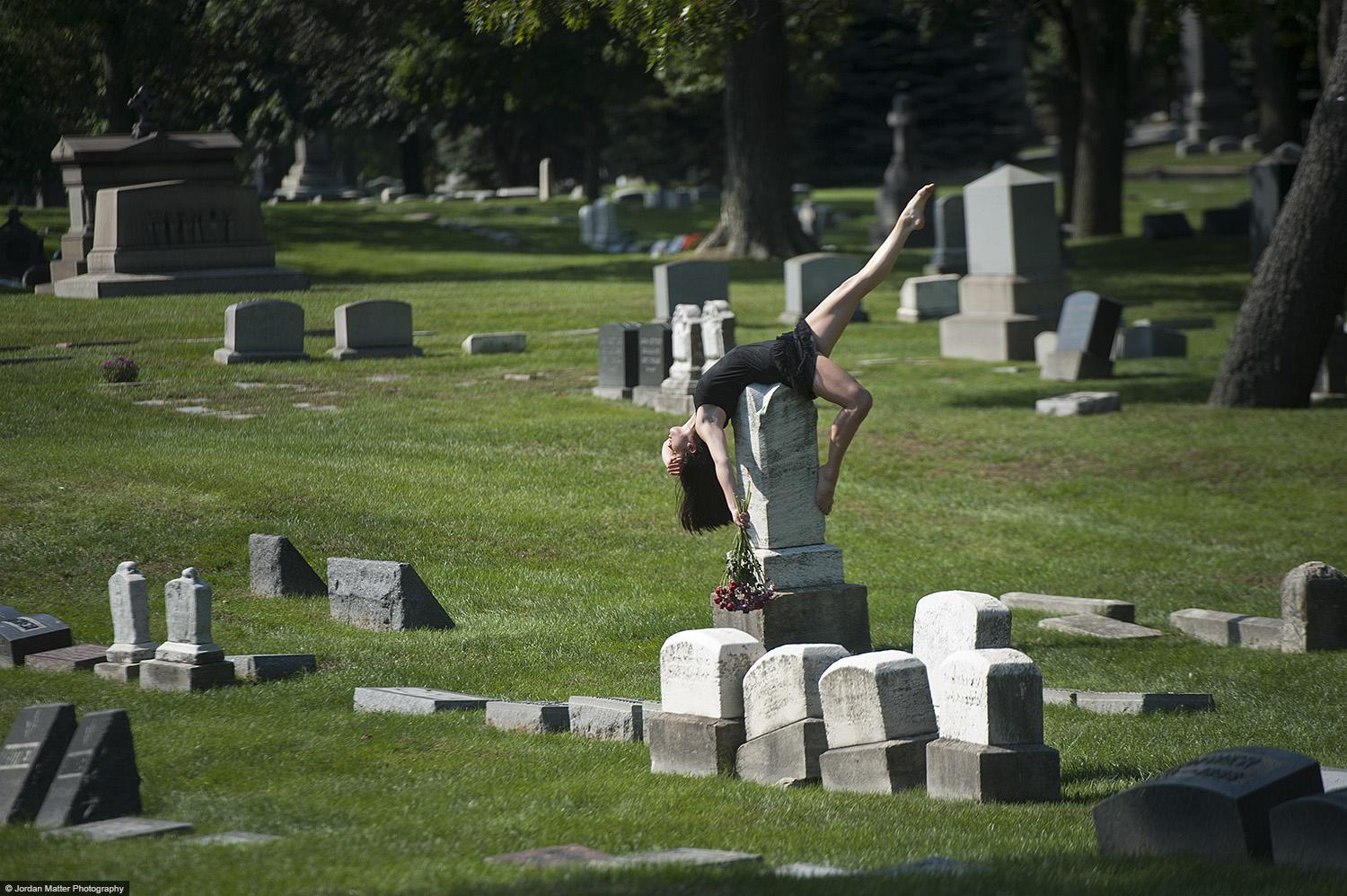 Dancers-Among-Us-in-Chicago-at Graceland-Cemetery-Chloe-Crade