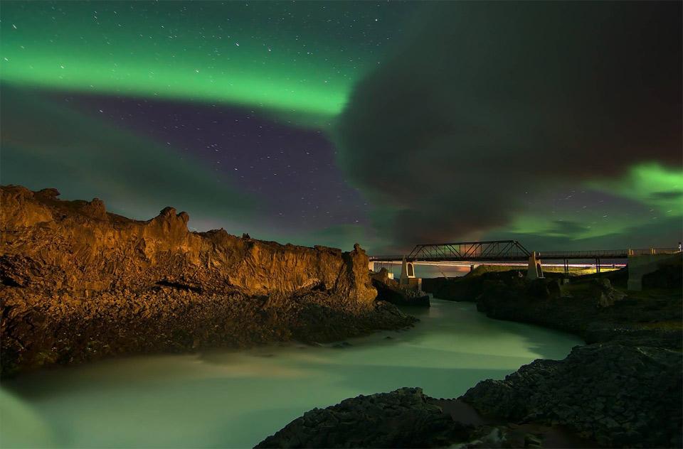 10aurora-borealis-over-skj%C3%A1lfandaflj%C3%B3t-river-in-iceland Природа «ледяной страны» - 35 пейзажных фотографий Исландии