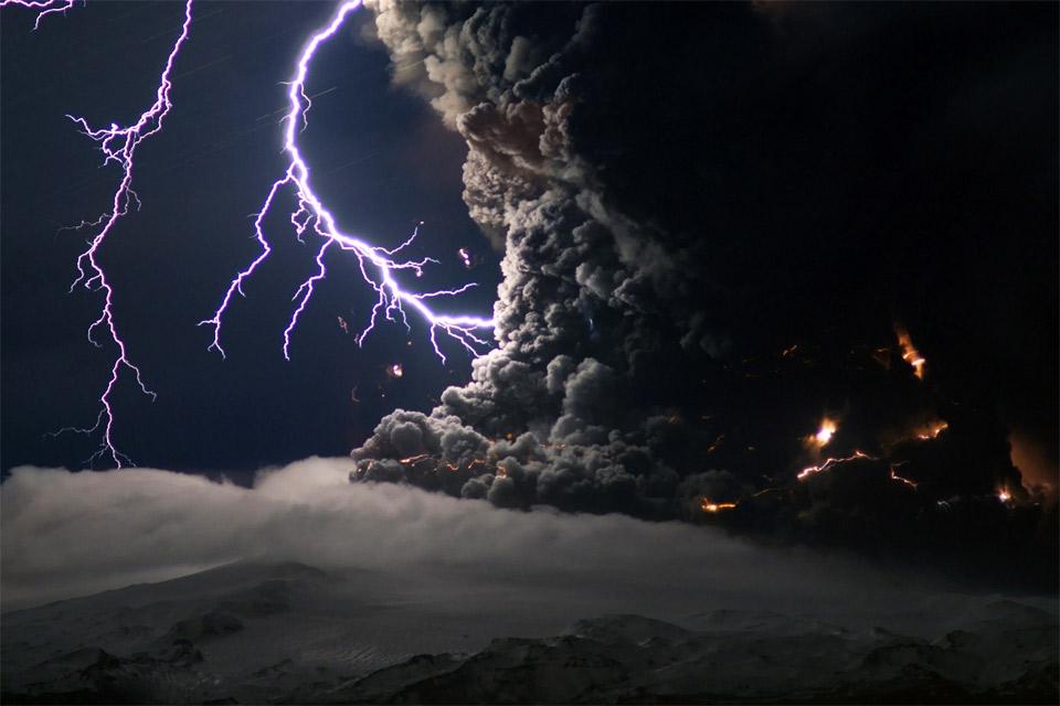 12eyjafjallaj%C3%B6kull-volcano-eruption Природа «ледяной страны» - 35 пейзажных фотографий Исландии