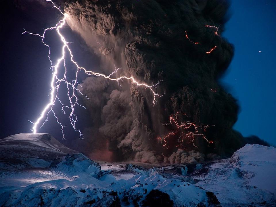 16iceland-volcano-eruption Природа «ледяной страны» - 35 пейзажных фотографий Исландии