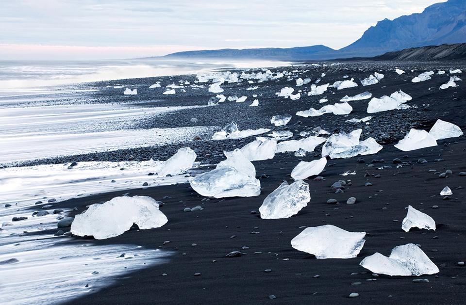 29a-black-sand-beach-iceland Природа «ледяной страны» - 35 пейзажных фотографий Исландии