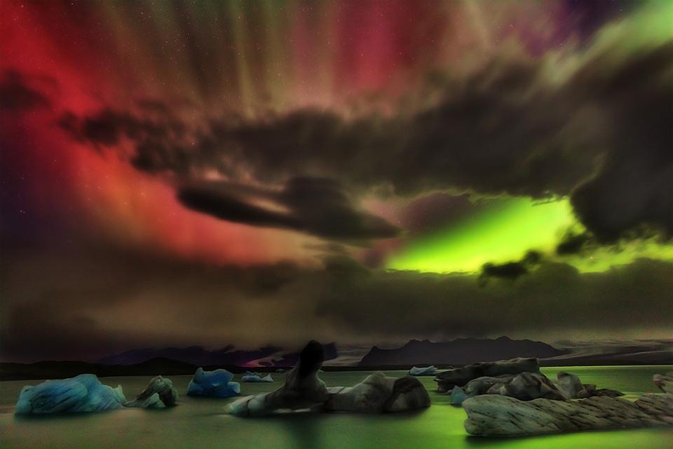 30colorful-aurora-borealis-over-iceland Природа «ледяной страны» - 35 пейзажных фотографий Исландии