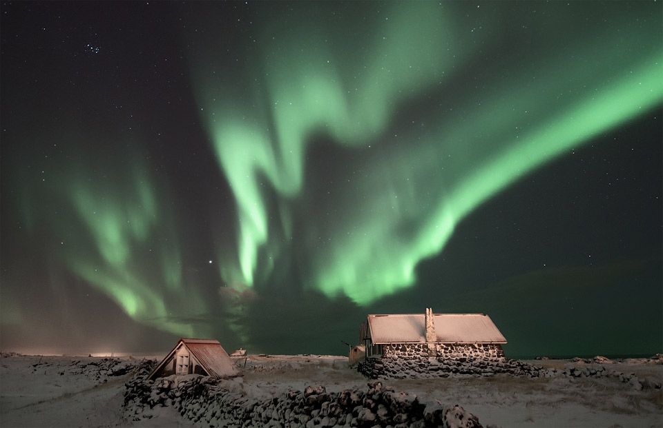 6aurora-borealis-over-cabins-in-iceland