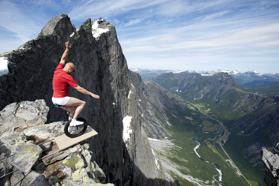 balancing-of-1000ft-cliff-in-norway