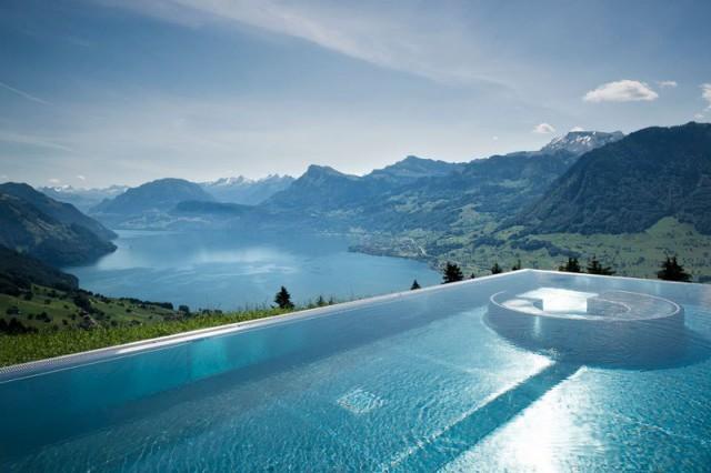 В Альпах Швейцарии есть отель с пейзажным бассейном, который называют «лестницей в небо»