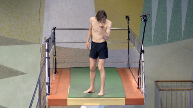 Преодолевая страх: увлекательный фильм о людях, которые впервые пытаются прыгнуть с 10-метровой вышки