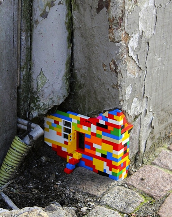 Домик «лего», как часть реального здания в уличном искусстве