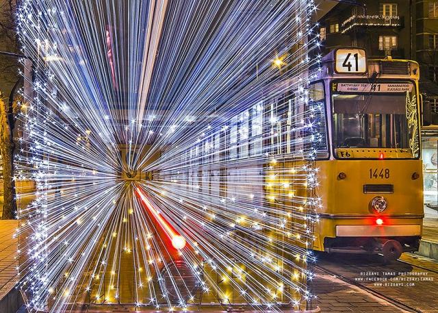 30 000 светодиодов и длинная выдержка трансформируют трамваи Будапешта в космические корабли