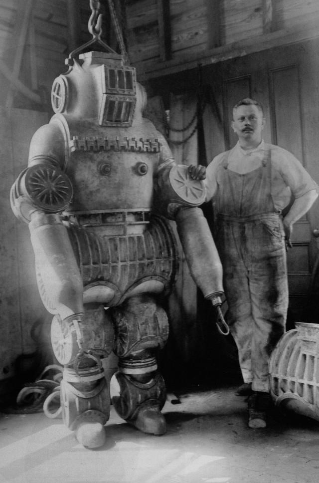Первые гидрокостюмы напоминали кошмарных роботов. Ретро фото о водолазном снаряжении 1900-1934