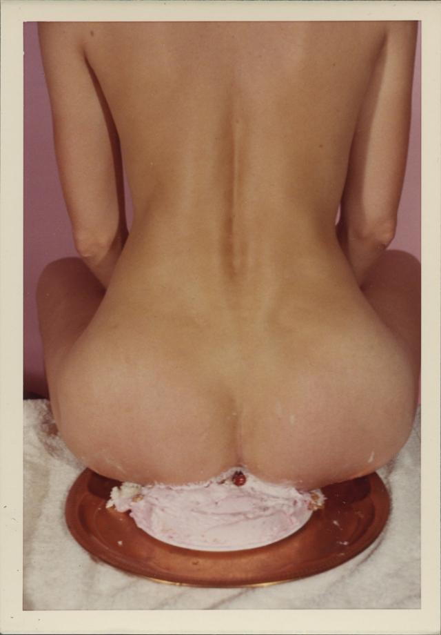 Странные и сексуальные ретро-фотографии женщин, сидящих на предметах