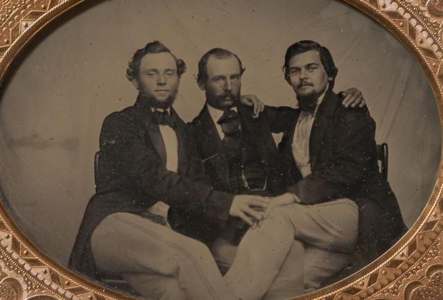 Броманс в викторианскую эпоху: интимные мужские объятия в редких фотографиях конца 1800-х годов