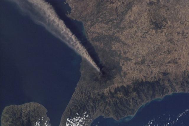 Фотографии извержения вулканов из космоса