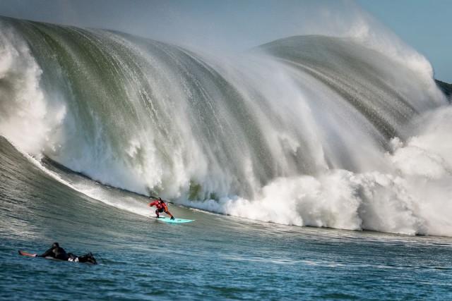 Волна ловит сёрфера